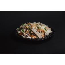 Удон с курицей и грибами под сливочным соусом